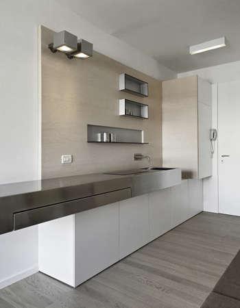 moderne Küche im Eingangsbereich mit Holzfußboden
