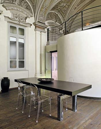 arredamento classico: sala da pranzo moderna con affreschi e pavimenti in legno Archivio Fotografico