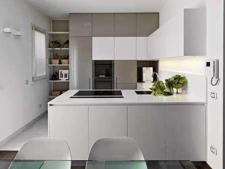 utencilios de cocina: moderna cocina con verduras en la encimera blanca