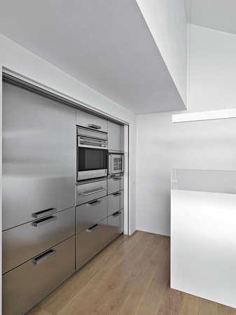 moderne Küche mit Holzboden Lizenzfreie Bilder