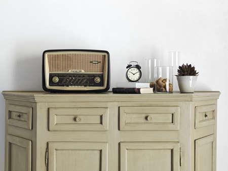 altes Radio auf alten Möbeln