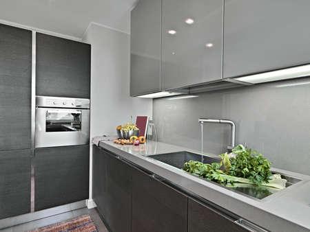 vetables near to sink in a modern kitchen Standard-Bild