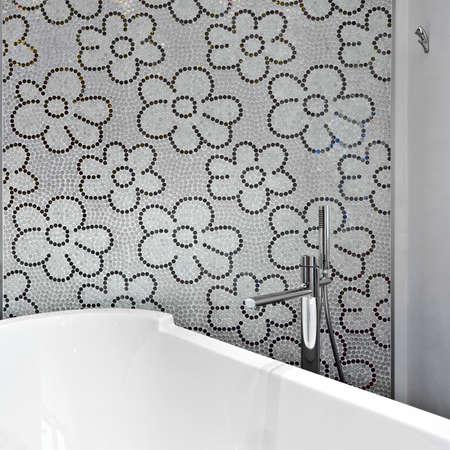 Detail der Badewanne in einem modernen Badezimmer mit Mosaik-Fliesen