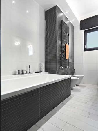 Badewanne in einem modernbahtroom Lizenzfreie Bilder