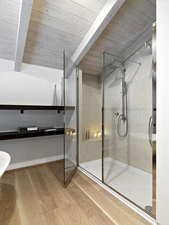 Modernes Bad Im Dachgeschoss Mit Holzfußboden Lizenzfreie Fotos ...