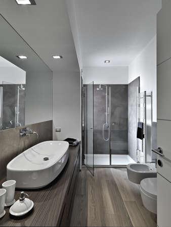 salle de bains: cabine de douche et lavabo une salle de bains moderne