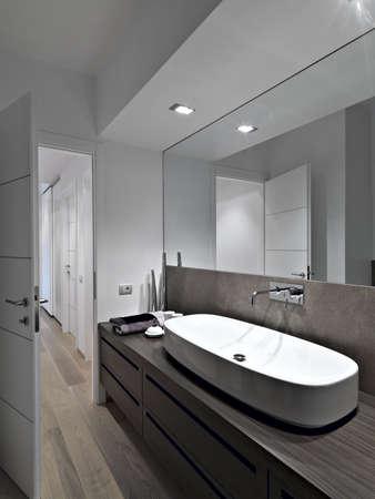 Waschbecken in einem modernen Badezimmer Standard-Bild - 18264646