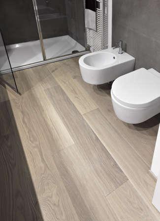Sanitär in einem modernen Badezimmer mit Holzfußboden Lizenzfreie Bilder - 18264645