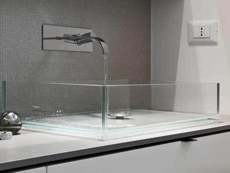 grifos: detalle del grifo y lavabo de cristal en un baño moderno