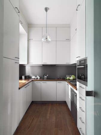 Detail kleine weiße moderne Küche aus Holz Fußboden und Holz Arbeitsplatte
