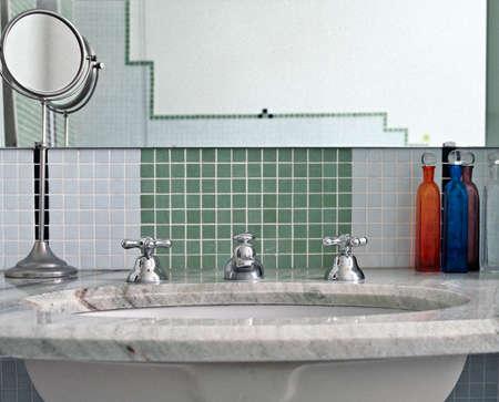 mosaic tile: dettaglio del lavabo in un bagno moderno con mattonelle di mosaico Archivio Fotografico