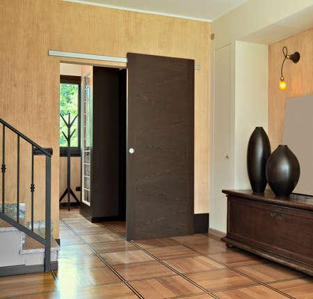 alte Möbel im Eingangsbereich der Wohnung mit alten Möbeln und Holzboden