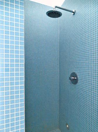 llave de agua: albañilería ducha en un baño moderno Foto de archivo