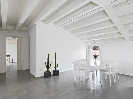 alten Esstisch auf dem Dachboden mit Betonboden Lizenzfreie Bilder - 25456554