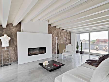 moderne Wohnzimmer im Dachgeschoss mit Holzdecke