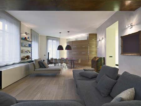 Stoff Sofa und Esstisch in einem moern Wohnung mit Holzfußboden Lizenzfreie Bilder