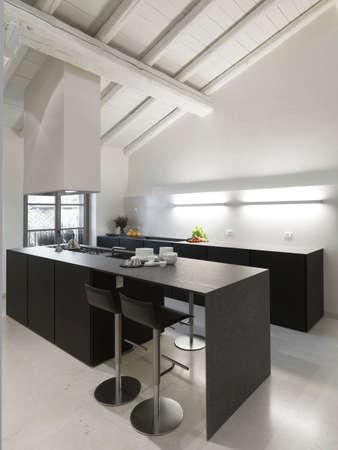 moderne Insel Küche mit Holzdecke und Marmorboden im Penthouse