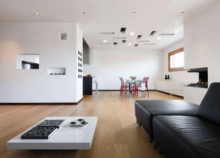 Innenansicht eines modernen Wohnraum mit Holzboden