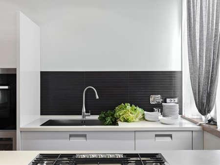 detail van wastafel met groenten op de top in de moderne keuken Stockfoto