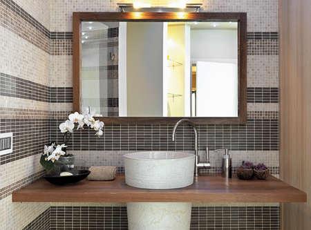 espejo: detalle de muebles encimera en el bahtroom moderno y espejo con marco de madera larg Foto de archivo
