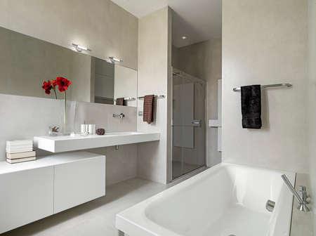モダンなバスルームには洗面台、バスタブのパノラマ ビュー