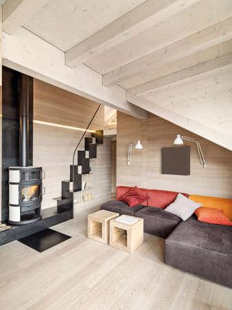 Innenansicht des rustikalen Wohnzimmer mit Kamin, Holzboden und Holzdecke Lizenzfreie Bilder