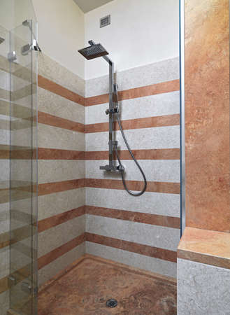 vista interna del bagno moderno con box doccia in vetro foto ... - Bagni Moderni Con Box Doccia
