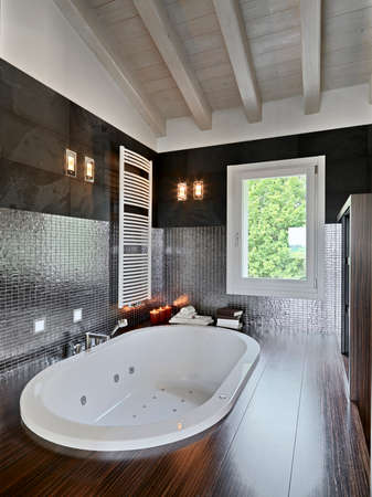 pisos de madera: moderno cuarto de ba�o en el �tico con piso de madera