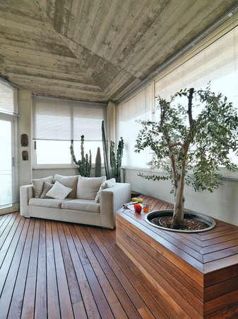 moderne Terrasse mit Sofa und Holzboden