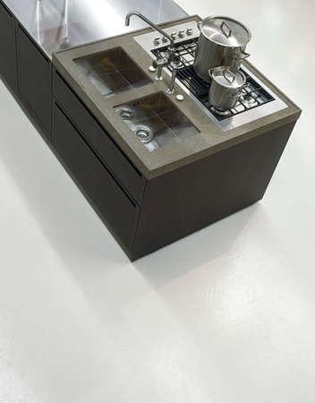 Inter Blick auf eine moderne Küche mit weißen Kunstharzboden