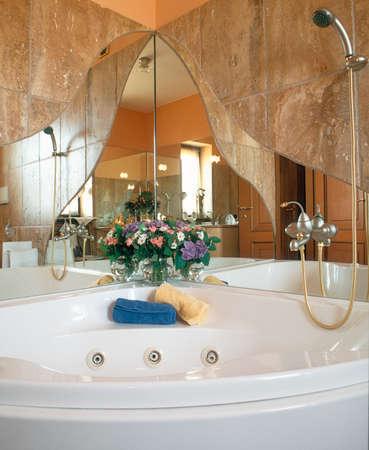 arredamento classico: dettaglio di una vasca da bagno nel bagno moderno con pavimento in marmo e pareti di marmo Editoriali