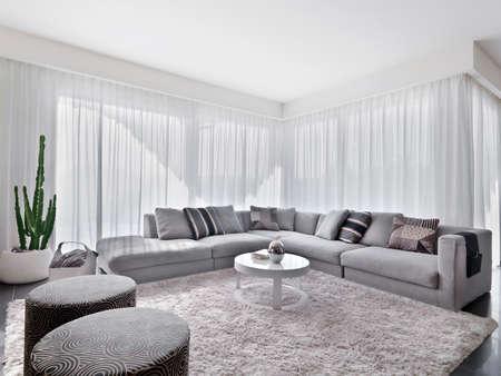 modernes Sofa mit Teppichboden im Wohnzimmer Lizenzfreie Bilder