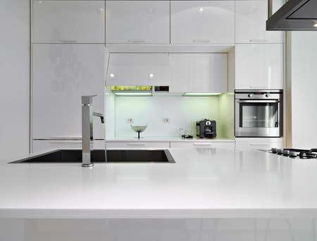 llave de agua: detalle de un sfaucet inoxidable en una cocina moderna
