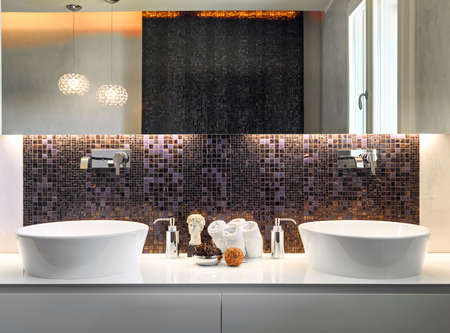 primo piano di due lavabo con piastrelle a mosaico e grande ... - Piastrelle Mosaico Bagno Moderno