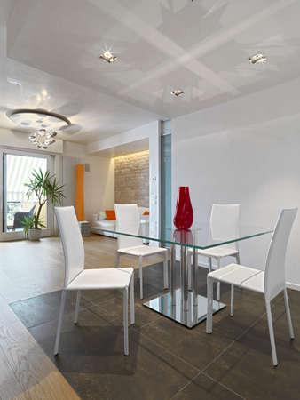 inter Ansicht eines modernen Wohnzimmer mit Esstisch und Holzboden auf dem Sofa mit Blick auf die Terrasse Lizenzfreie Bilder