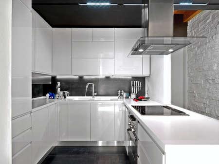 Vordergrund einer weißen moderne Küche Lizenzfreie Bilder