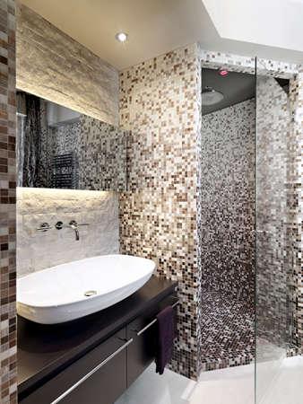 Detail der Waschbecken in einem modernen Badezimmer mit Duschkabine aus Mauerwerk in Mosaik bedeckt