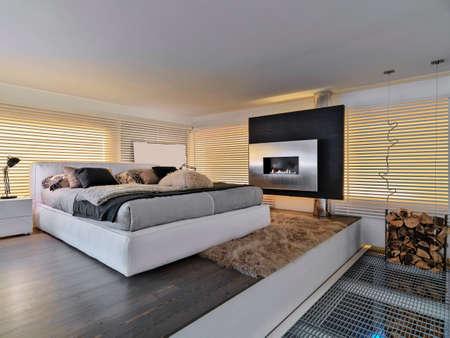 primo piano di una camera da letto moderna con un camino