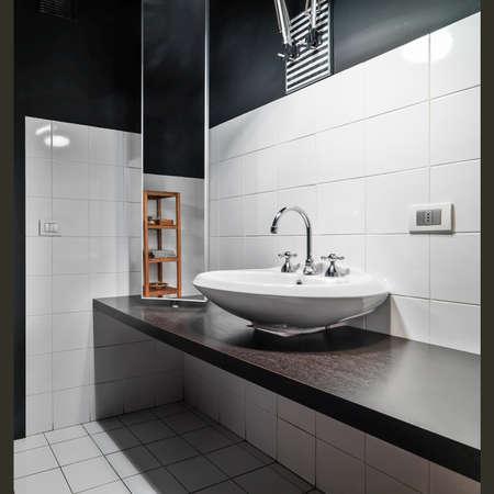 cuarto de baño: detalle de washbsin en el baño modetn Foto de archivo