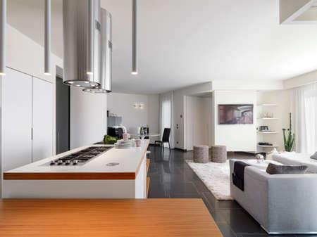 Innenansicht einer modernen Küche mit Blick auf das Wohnzimmer und den Eingang Lizenzfreie Bilder