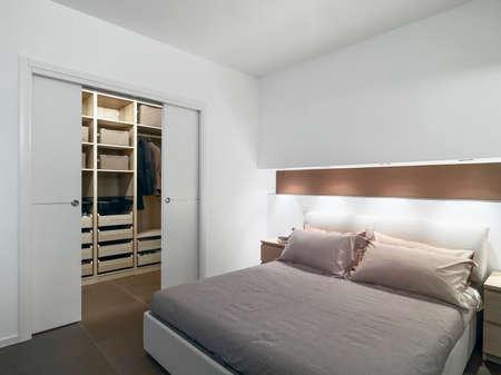 case moderne: camera da letto moderna con vista sul guardaroba