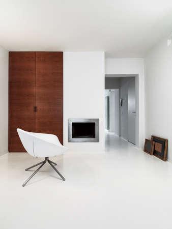 Innenansicht eines modernen Wohnzimmer mit Kamin und weißen Harzboden