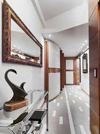 arredamento classico: Vista interna di un corridoio moderno sulla armadio porta e parete principale