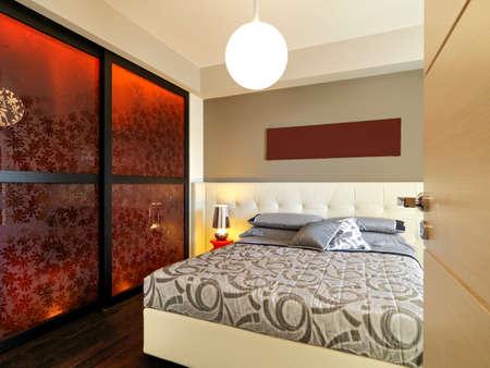 inter Ansicht eines modernen Schlafzimmer mit Holz fllor auf dem Schrank mit Blick auf Lizenzfreie Bilder
