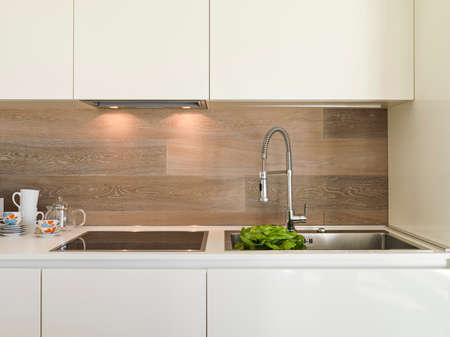 Detail aus Stahl Wasserhahn in einer modernen Küche