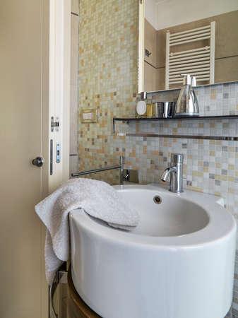 Vordergrund eines modernen runden Waschbecken im modernen Badezimmer