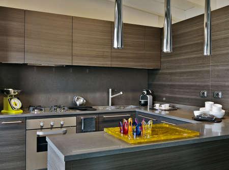 Innenansicht einer modernen Küche mit Täfelung