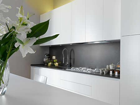 Detail von wotktop in einer modernen Küche und Vase von Blumen auf dem Tisch