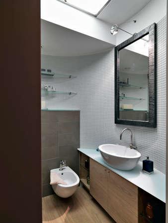 Innenansicht eines modernen Badezimmers im Vordergrund das Waschbecken Lizenzfreie Bilder