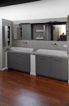 두 개의 카운터 상단 세면대와 현대적인 욕실의 인테리어 샷